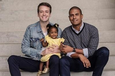 Pablo Sanábio com o marido Marcelo e a pequena Manu