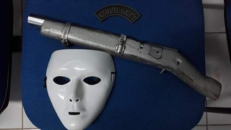 Com Fabrício, a PM encontrou uma arma de fabricação caseira e uma máscara — Foto: Divulgação/Polícia Militar