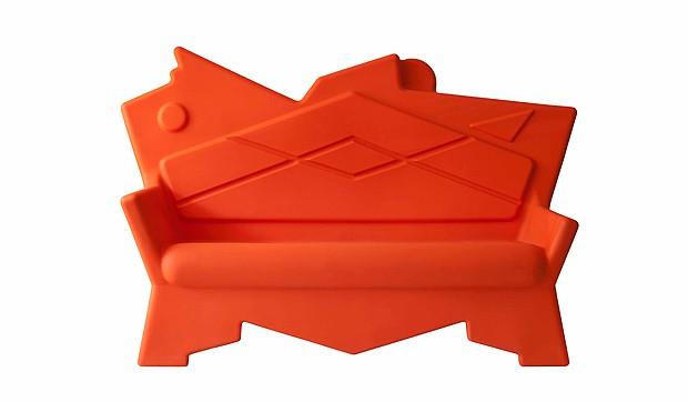 """O Sofá K2 Roto, de Alessandro Mendini, é produzido pela """"A Lot Of"""" em ecoplástico ou madeira líquida, podendo ser usado em área externa (Foto: Divulgação)"""