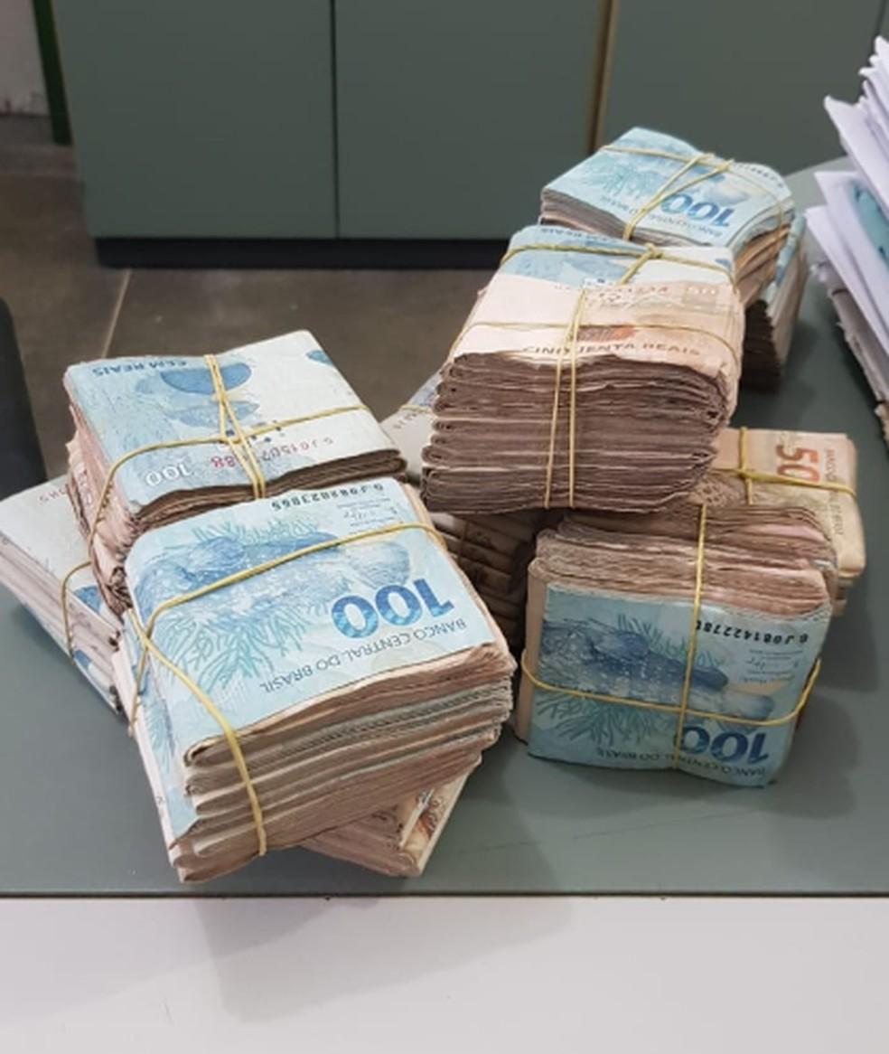 Dinheiro encontrado e apreendido pela polícia na casa do suspeito — Foto: Reprodução