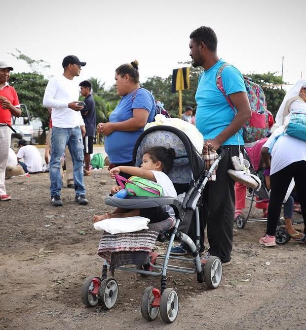 Algumas crianças vão em carrinhos pelo longo caminho rumo aos EUA (Foto: Héctor Alfaro)