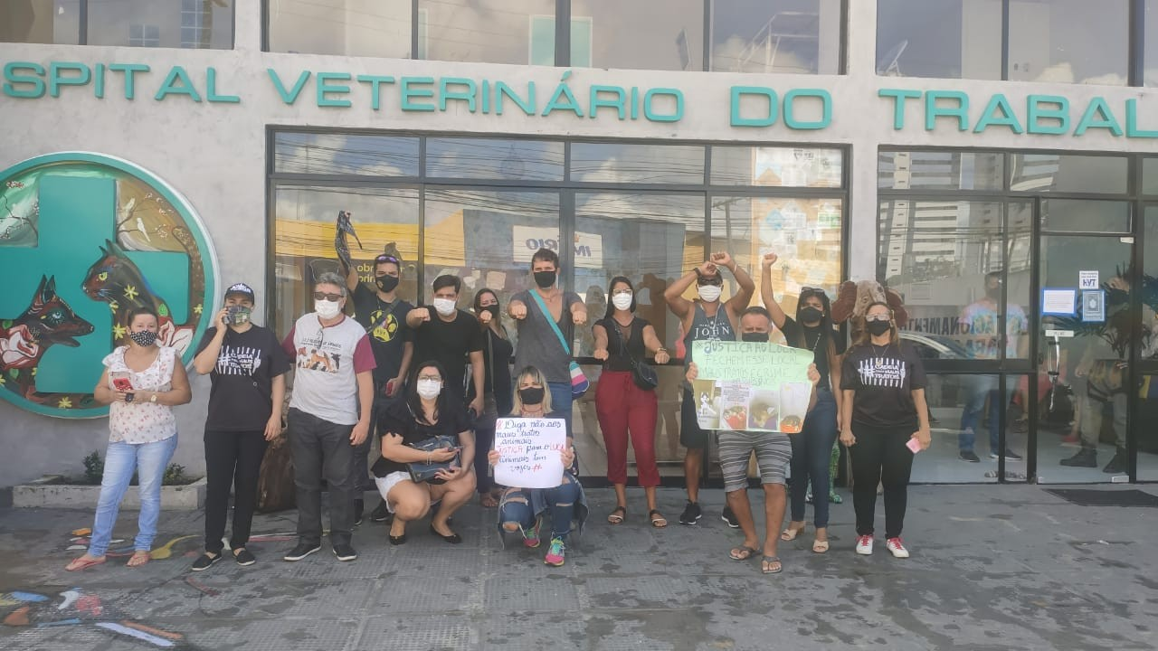 Grupo protesta em frente a hospital veterinário em Maceió e denuncia mortes de animais