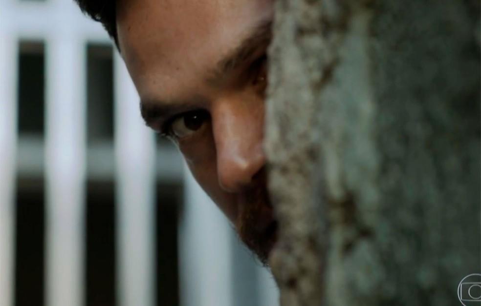 Rubinho (Emilio Dantas) é capturado por Jeiza (Paolla Oliveira) em 'A Força do Querer' — Foto: Globo
