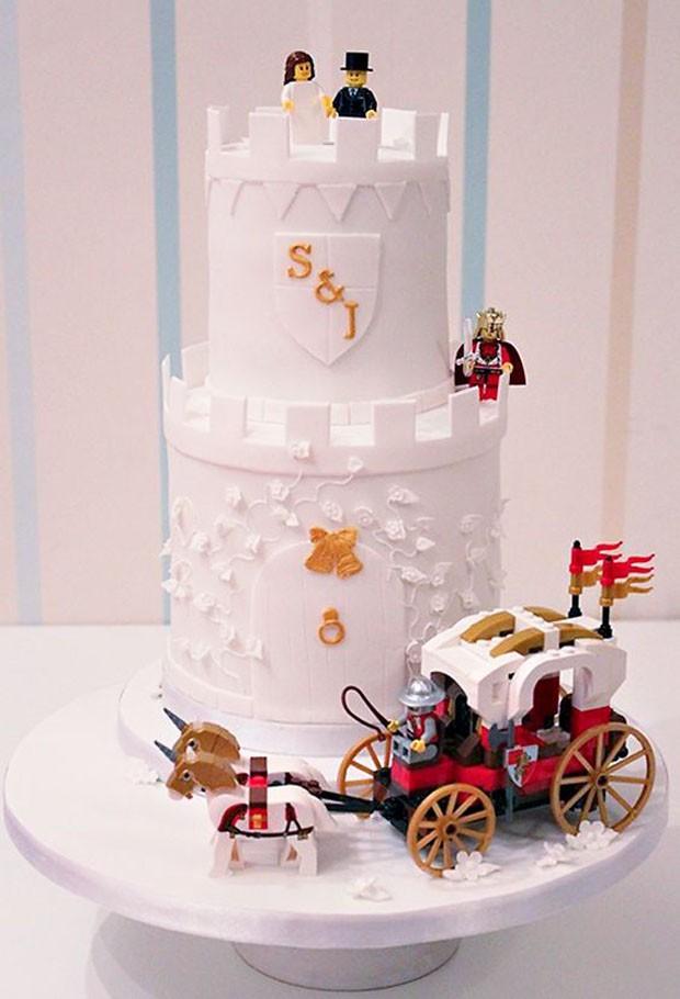 Topo de bolo de casamento: Bonecos de Lego (Foto: Pinterest/Reprodução)