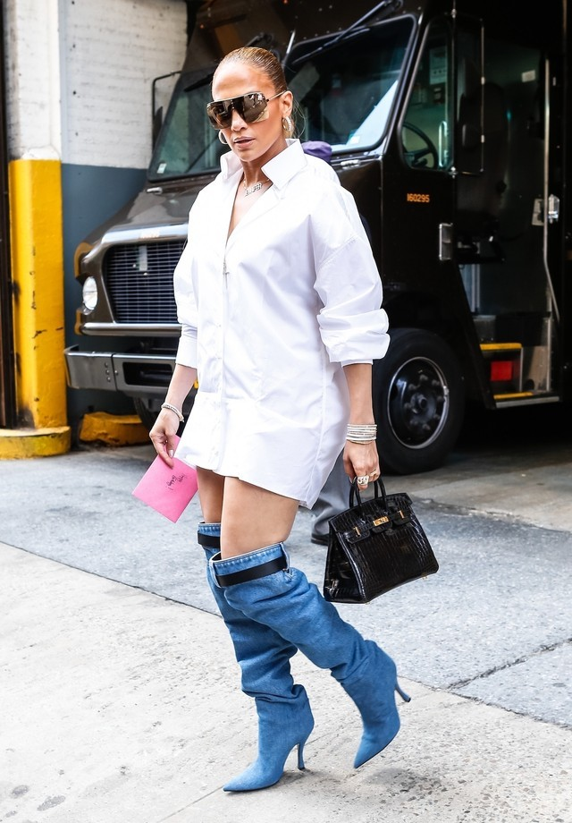 Jennifer Lopez e as slouchy boots da Versace (Foto: Backgrid)
