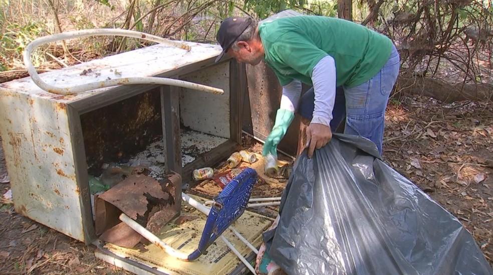 Até freezer abandonado o pescador já encontrou às marges do rio — Foto: Reprodução/TV TEM