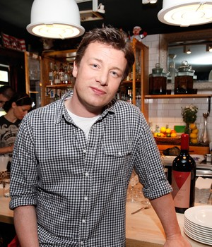 O chef inglês Jamie Oliver celebra o Food Revolution Day no restaurante Spotted Pig em Nova York (Foto: Amy Sussman/Getty Images)