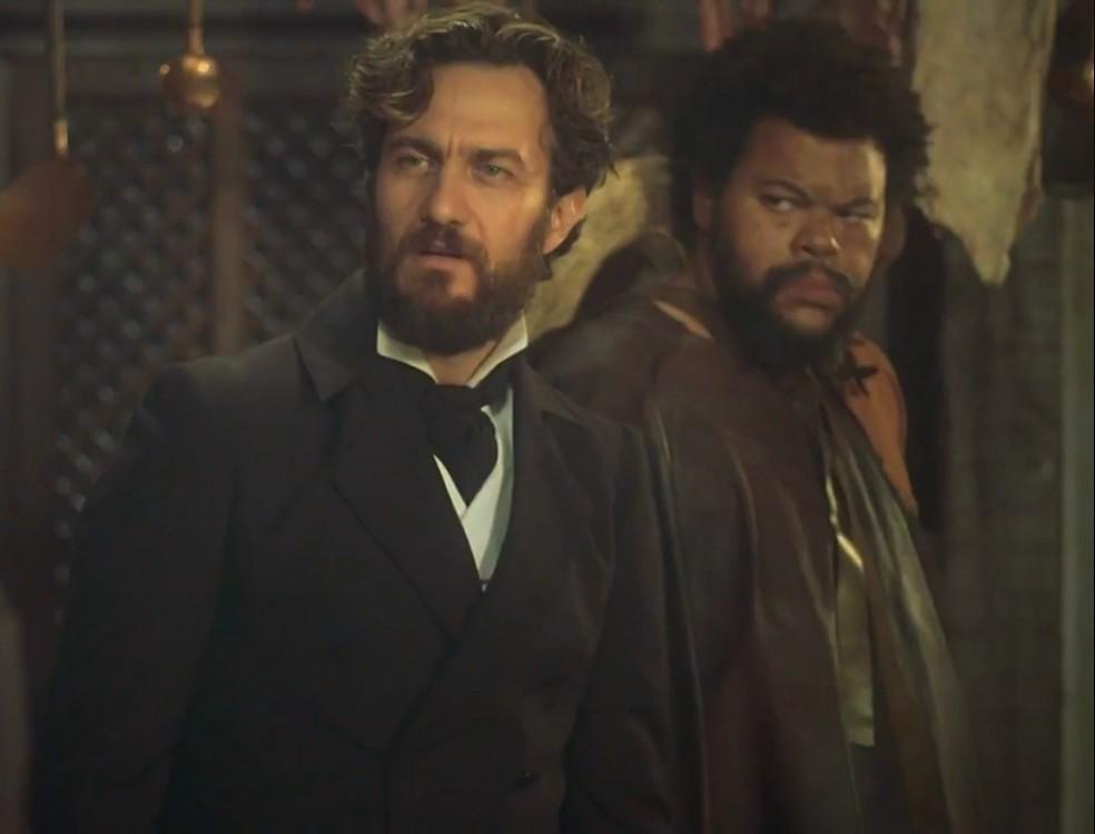Joaquim (Chay Suede) descobre ligação de Thomas (Gabriel Braga Nunes) e Jacinto (Babu Santana), em 'Novo Mundo' — Foto: TV Globo