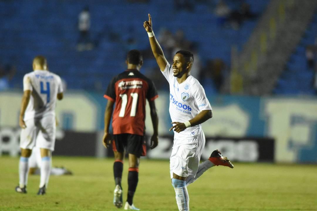 Anderson Oliveira marcou dois gols pelo Londrina diante do Vitória, na noite desta terça-feira