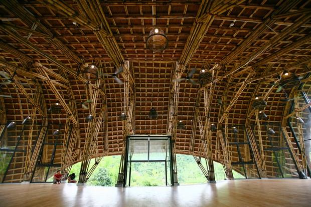 Em meio à floresta, espaço comunitário no Vietnã tem curioso teto curvo de palha (Foto: Divulgação )
