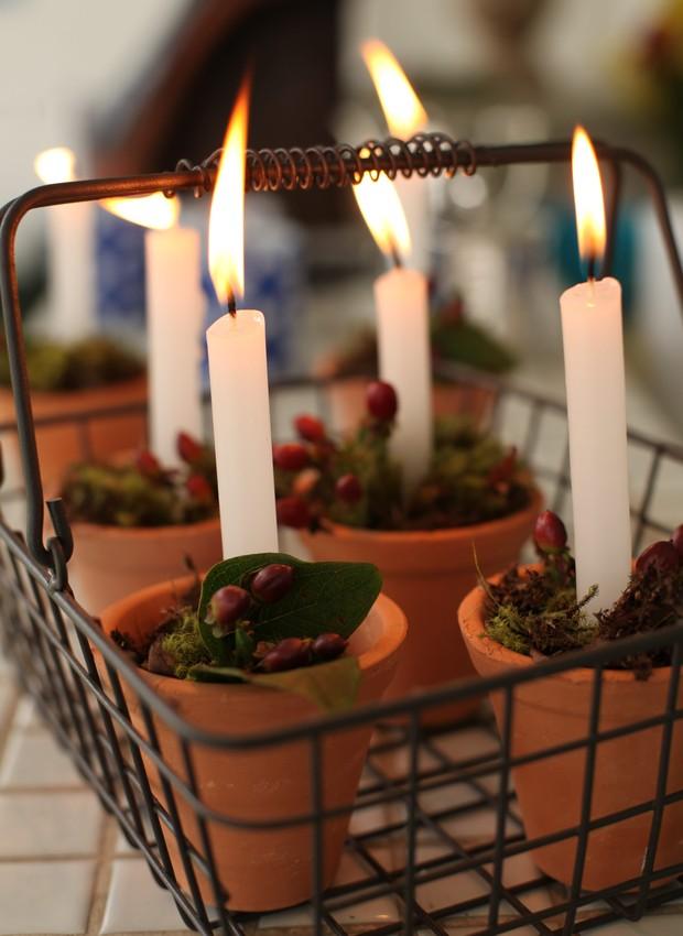 Na cesta, os vasinhos com vela, musgo e impérico vão para qualquer lugar (Foto: Rogério Voltan / Editora Globo)