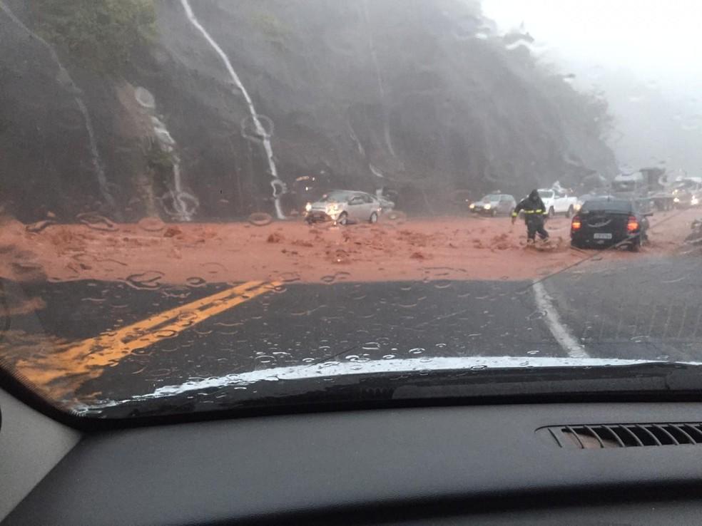 Serra de Botucatu também ficou interditada por conta de um deslizamento de terra  — Foto: Acontece Botucatu/Reprodução