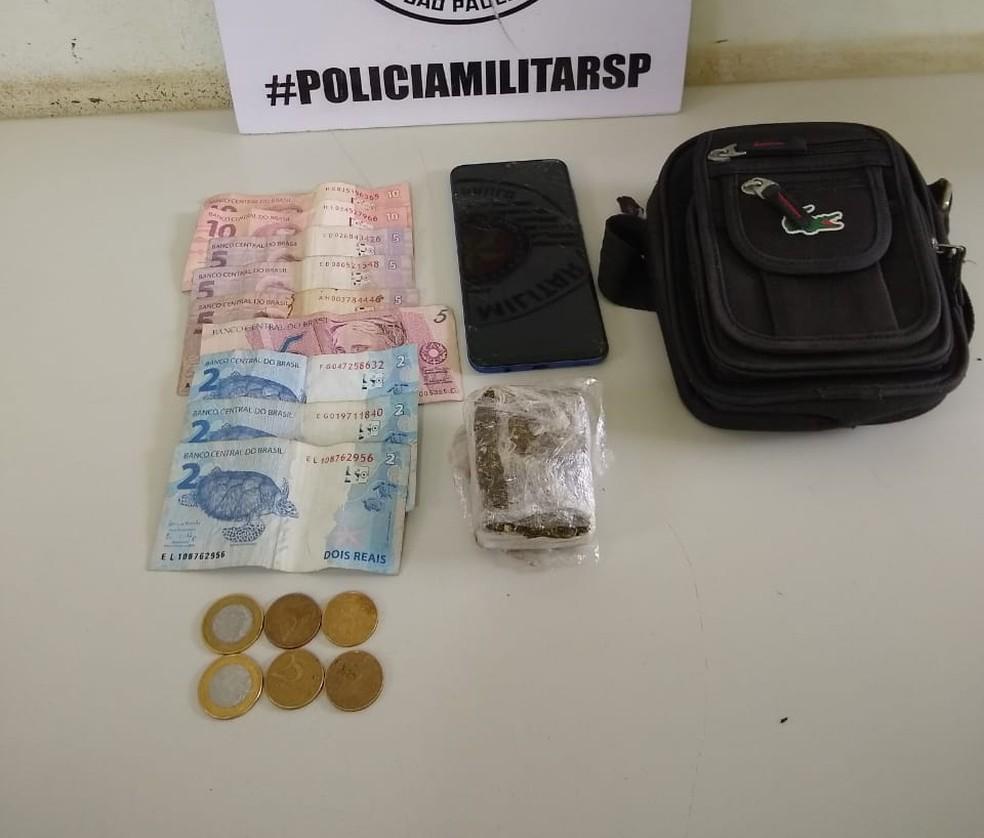 Maconha e dinheiro foram apreendidos no Jardim Panorâmico — Foto: Polícia Militar
