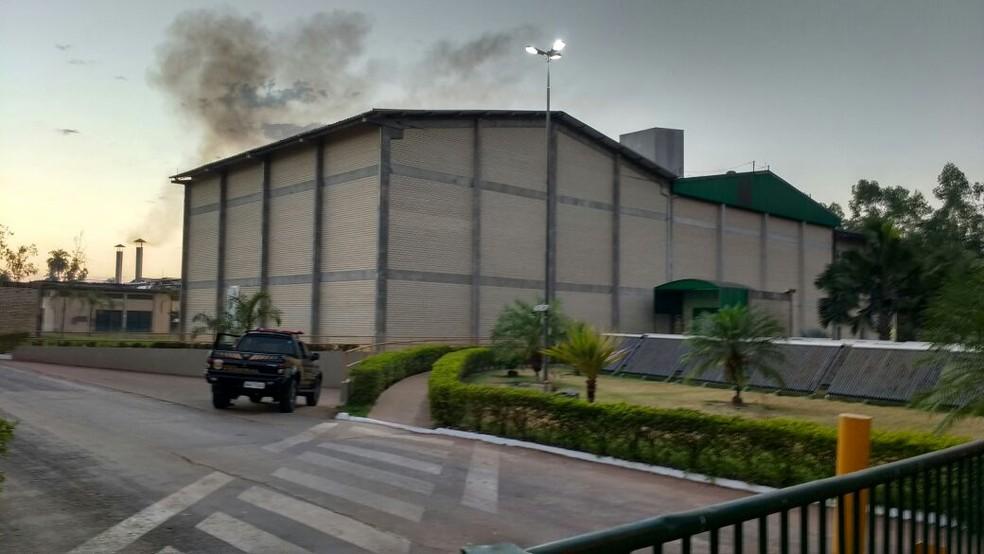 Equipes da PF também foram a uma fábrica de gelatina (Foto: Claudemir Macedo/TV Anhanguera)