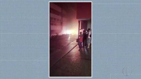Incêndio atinge parte externa de faculdade em Santo Antônio de Pádua, no RJ