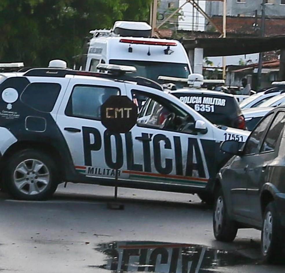 Carros policiais bloqueiam entradas do 17º batalhão da PM, em  Fortaleza, durante motim de policiais do Ceará.  — Foto: Camila Lima/SVM