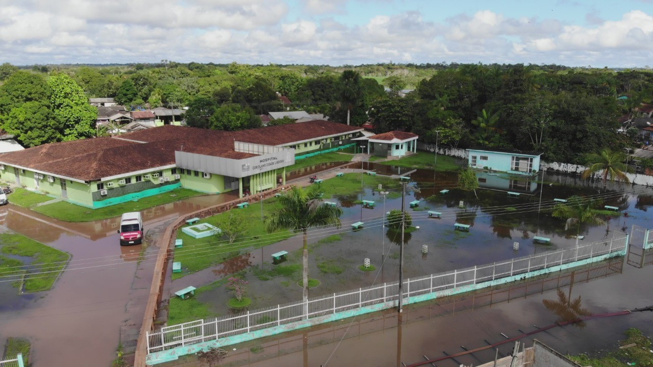 Com hospital quase inundado, cidade no AM transfere atendimentos de urgência e emergência para escola