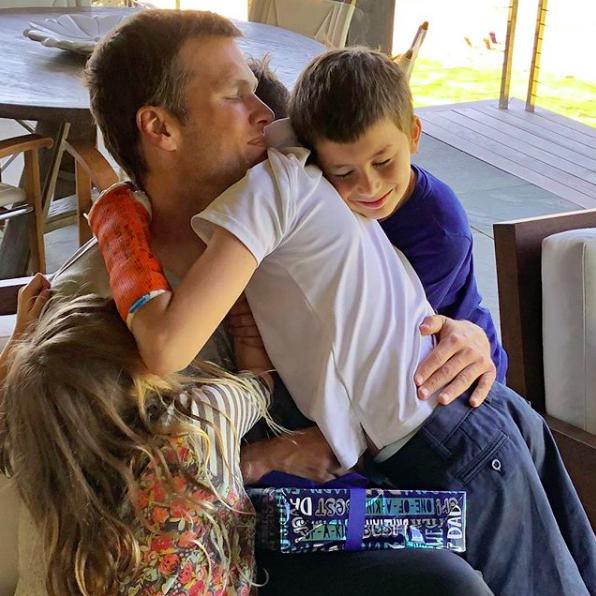Tom Brady, marido de Gisele Bundchen, com os três filhos (Foto: Reprodução Instagram  )
