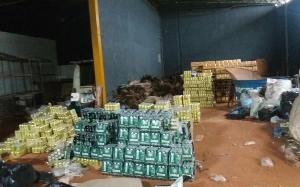 Material estava dividido em dois galpões em Goiânia (Foto: Polícia Militar/Divulgação)