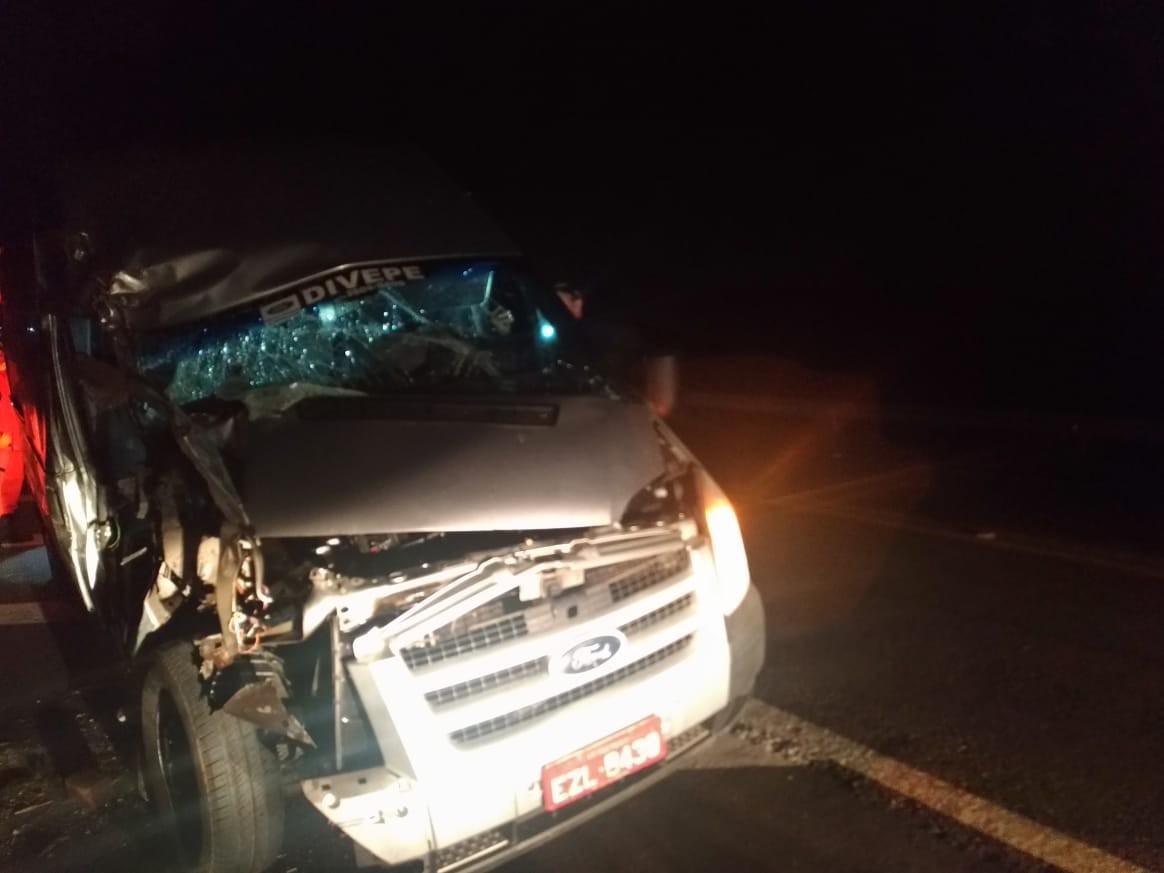 Acidente entre van e caminhão deixa um homem ferido na BR-316, em Santana do Ipanema - Notícias - Plantão Diário