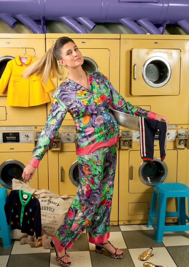 Barbara Migliori usa blusa (R$ 6.750), calça (R$ 5.630) e sandálias (R$ 7.820), tudo Gucci. No cenário, casaco (R$ 2.930), calça (R$ 700), cardigã (R$ 1.050) e minimules (R$ 1.550), tudo da linha infantil da Gucci (Foto: Guilherme Nabhan)
