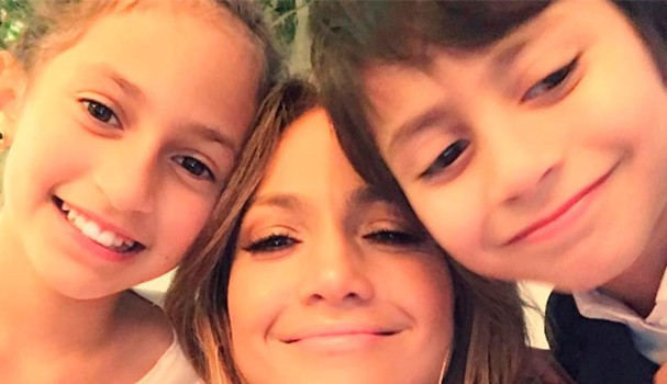Jennifer Lopes e os filhos, os gêmeos Emme e Max (Foto: Instagram/Reprodução)
