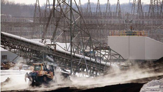 A rede elétrica dos Estados Unidos se estende por mais de 320 mil quilômetros de linhas de transmissão de alta voltagem (Foto: GETTY IMAGES/BBC News Brasil)