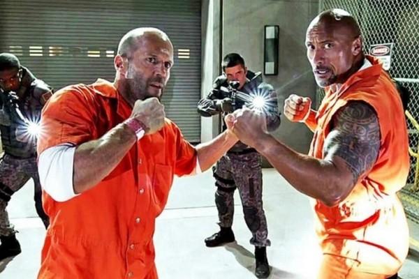 Jason Statham e Dwayne The Rock Johnson em cena da franquia Velozes e Furiosos (Foto: Reprodução)