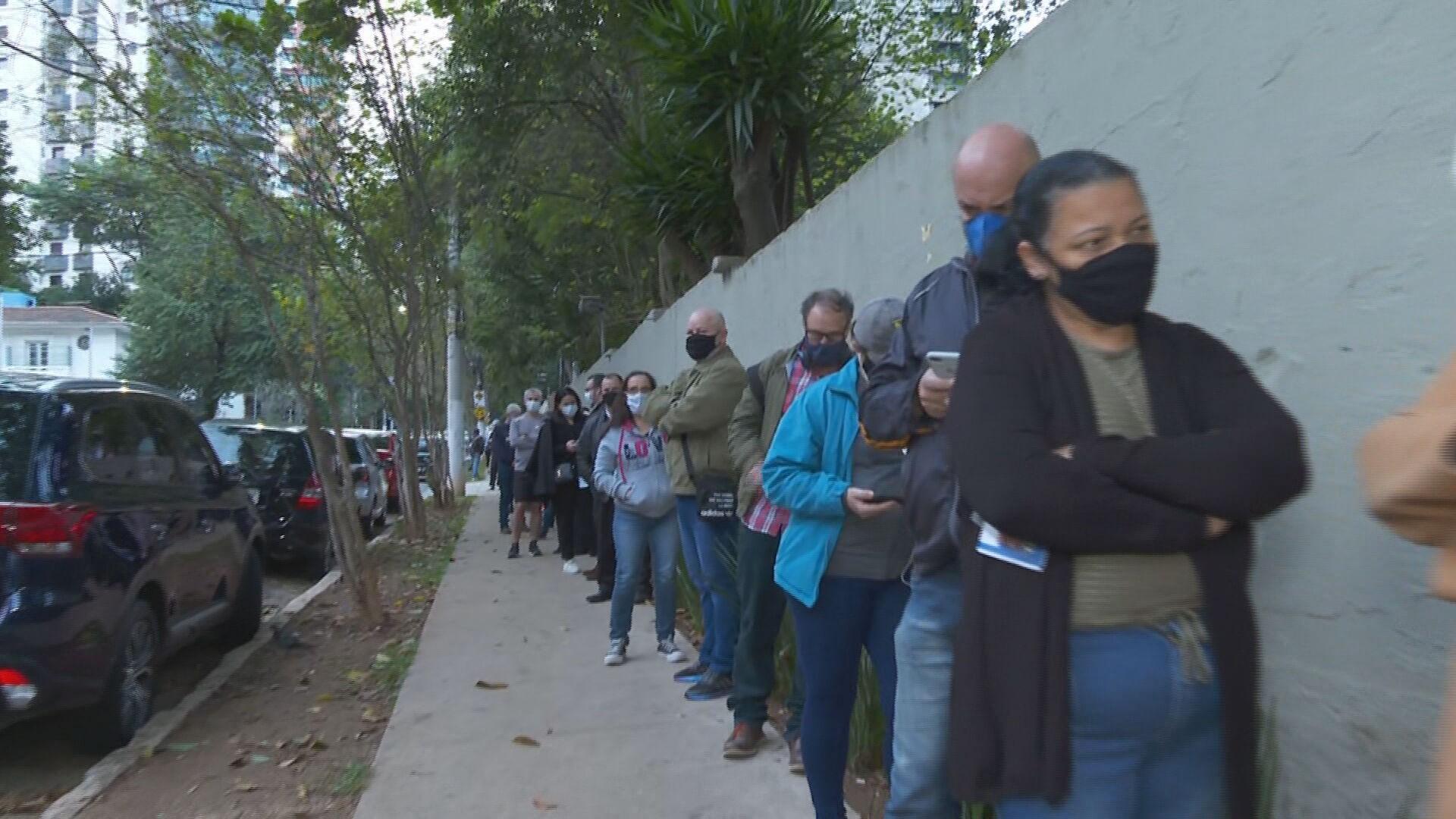 Prefeitura de SP diz que vai ampliar quantidade de postos de vacinação contra Covid após registro de filas