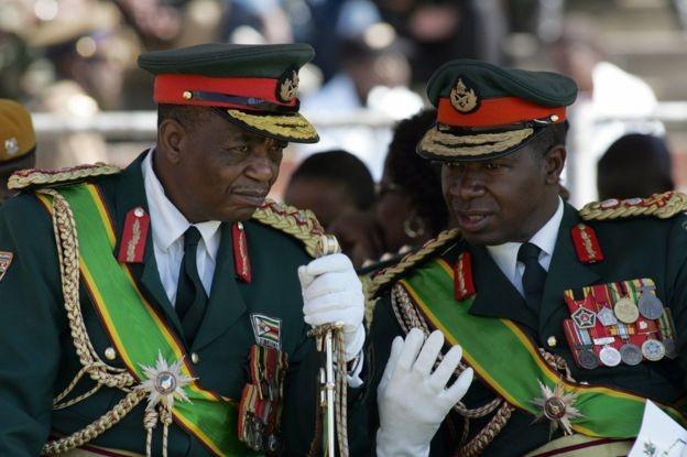 O general Chiwenga (esq.) foi um grande fiador da ascensão de Mnangagwa à Presidência (Foto: AFP via BBC)