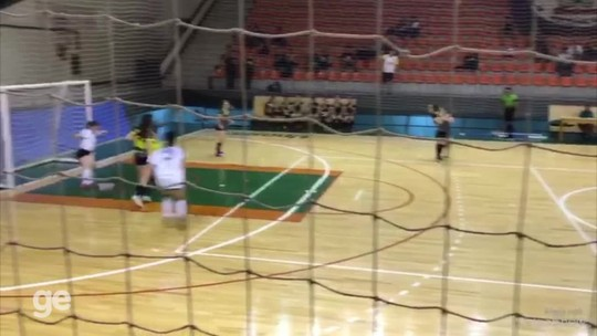 Gol de letra dá novo impulso para universitária vencer falta de apoio em busca de ser jogadora; vídeo