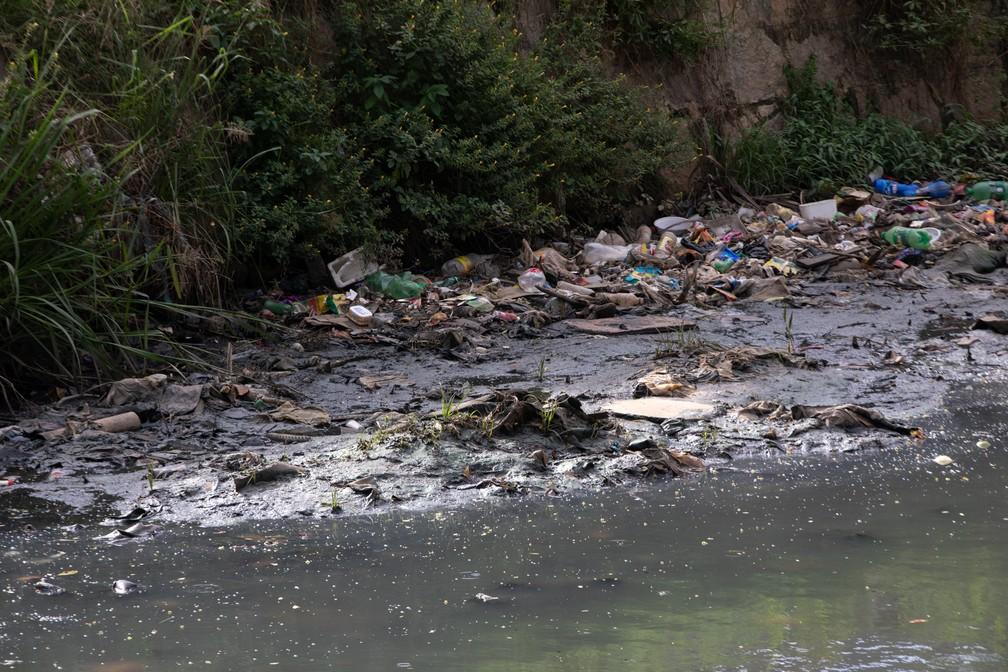 Riacho Salgadinho na altura do bairro do Poço, região central de Maceió — Foto: Marcelo Brandt/G1