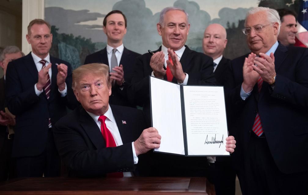 Presidente dos Estados Unidos, Donald Trump, mostra nesta segunda-feira (25) sua assinatura no decreto em que reconhece a soberania israelense sobre as Colinas de Golã  — Foto: Saul Loeb / AFP