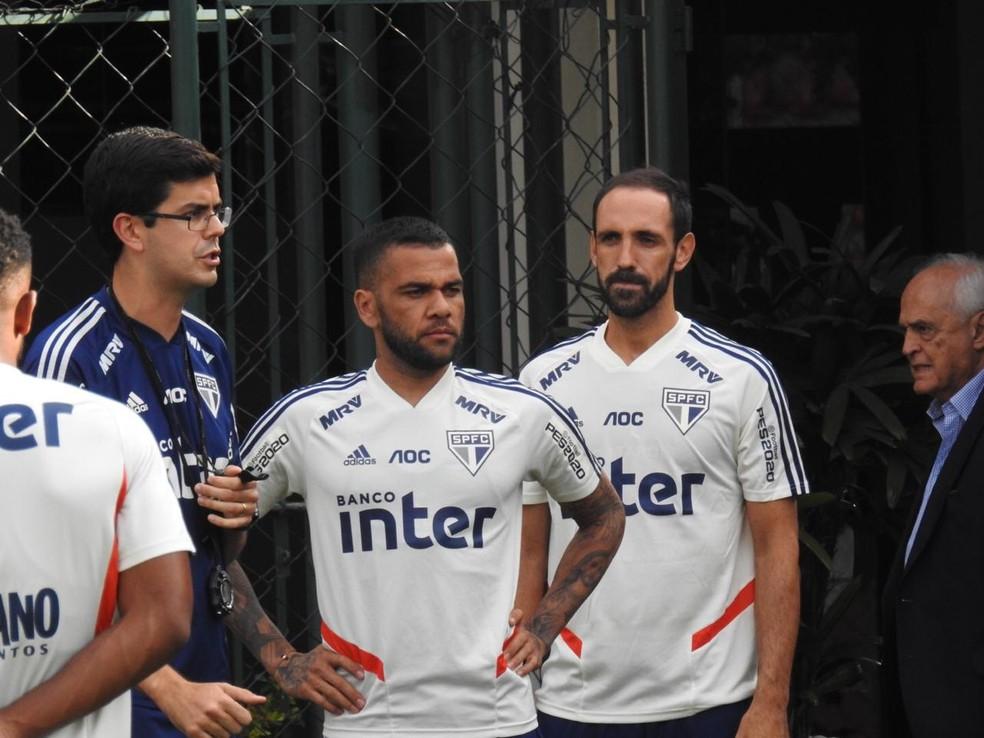 Daniel Alves e Juanfran estão se ambientando ao São Paulo — Foto: Eduardo Rodrigues