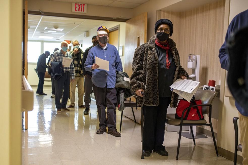 Idosos aguardam para receber a vacina contra a Covid-19 em centro médico da Filadélfia, nos EUA, em foto de 23 de janeiro de 2021 — Foto: Tyger Williams/The Philadelphia Inquirer/AP