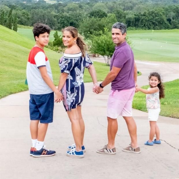 Nívea Stelmann posa com a família: O marido, Marcus Rocha, e os filhos, Miguel e Bruna (Foto: Reprodução/Instagram)