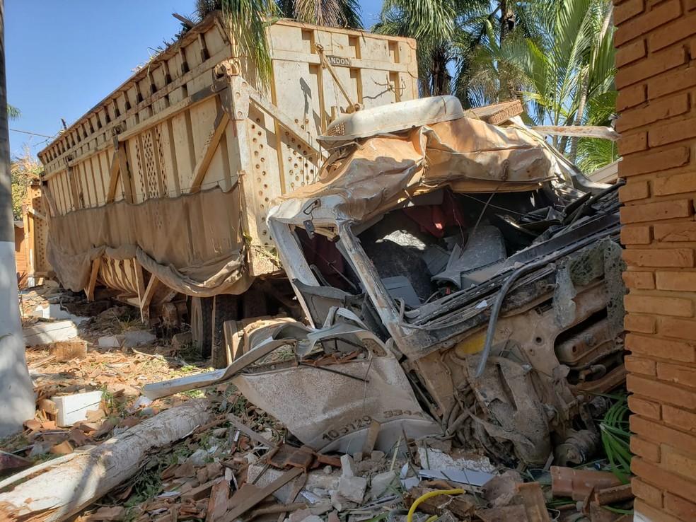 Caminhão ficou com a cabine destruída com o impacto (Foto: Vanessa Mauri/TV TEM)