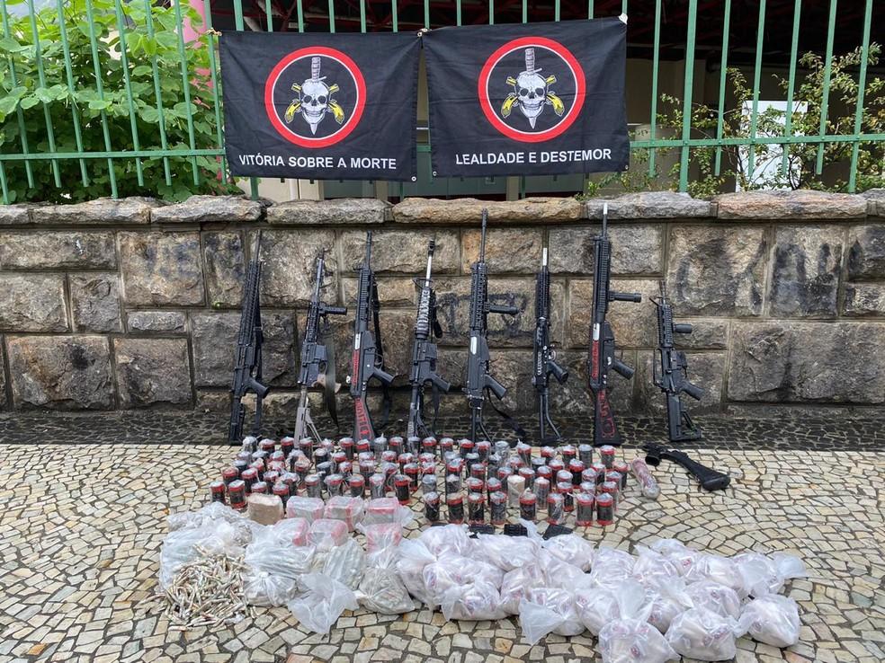 Polícia apreendeu oito fuzis, drogas e munição em operação no Alemão que terminou com cinco mortos — Foto: Reprodução/Arquivo Pessoal