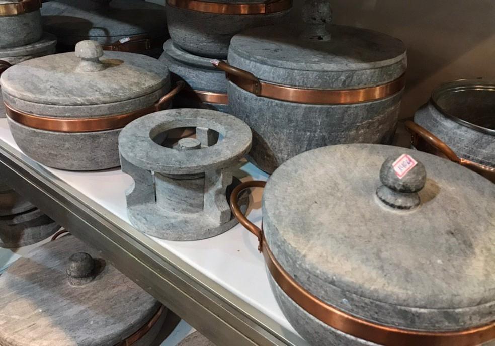 Panelas, assadeiras e potes feitos em pedra-sabão são expostos na Fenearte — Foto: Penélope Araújo/G1