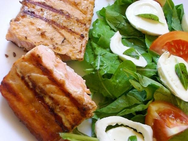 Light e saborosa: salada de manjericão com salmão grelhado  (Foto: Divulgação)