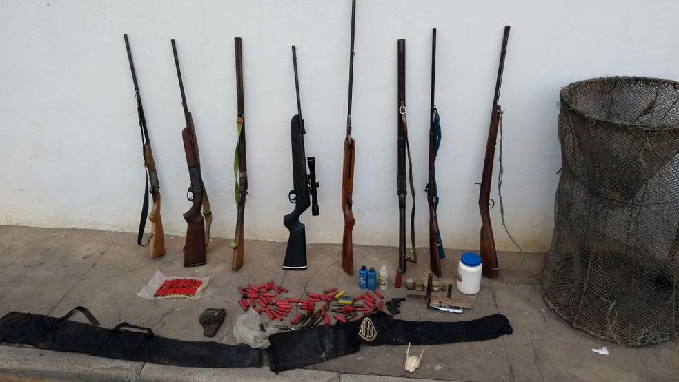 Armas e munições foram apreendidas na mesma operação. (Foto: Polícia Militar/Divulgação)