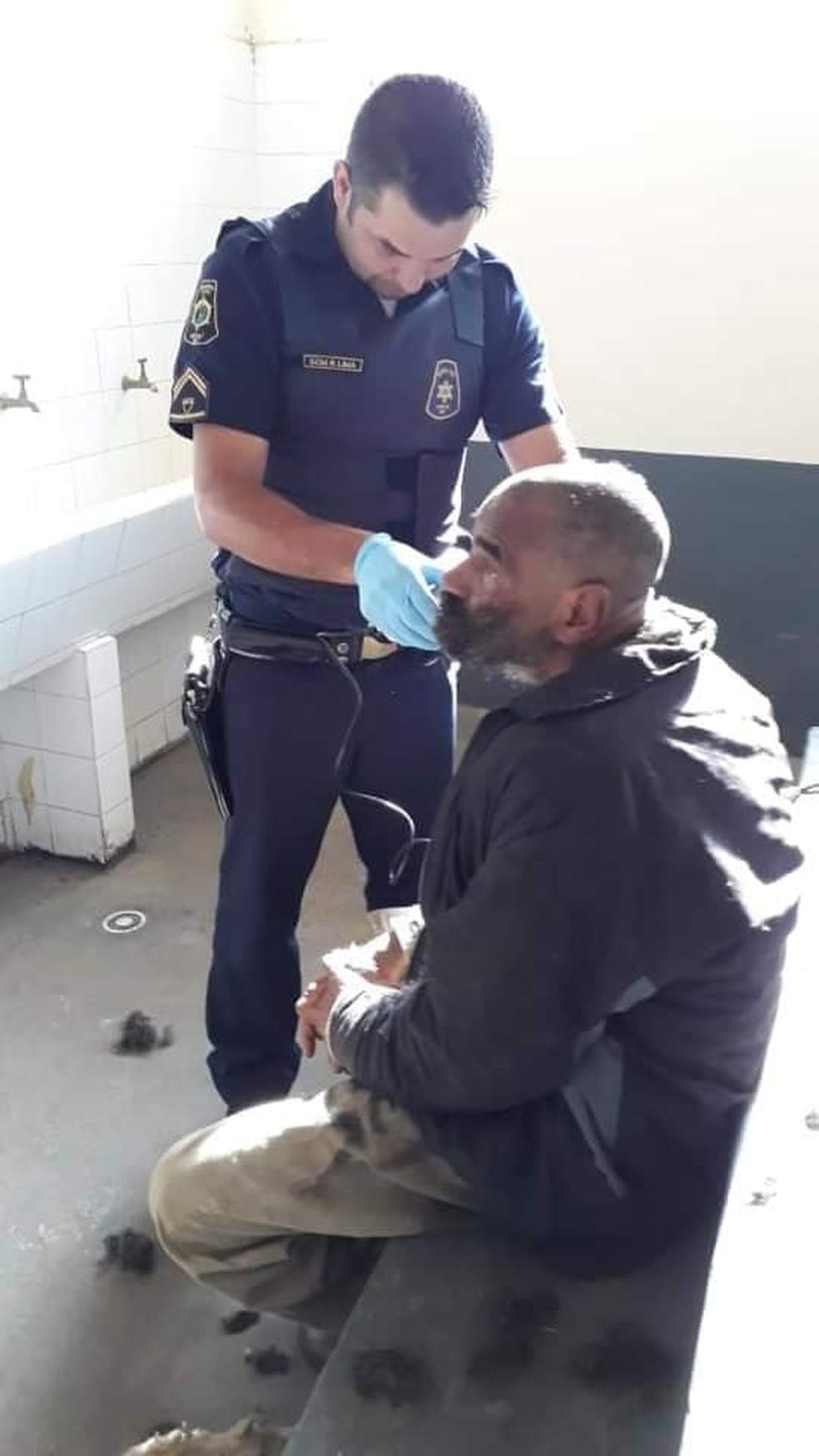 O corte do cabelo e da barba ficou a cardo do guarda municipal Renato Lima — Foto: Divulgação/Guarda Municipal de Apiaí