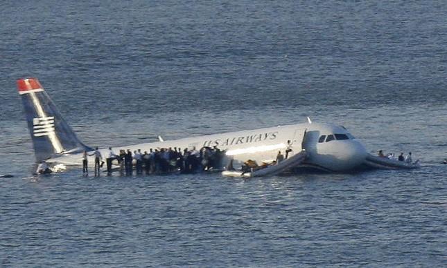 Passageiros de pé sobre uma asa do Airbus no Rio Hudson