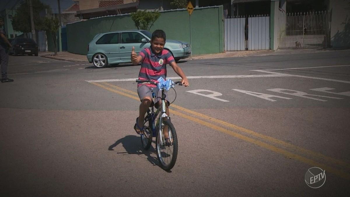 PM se comove com história de família assaltada em Valinhos e doa bicicleta para menino; vídeo