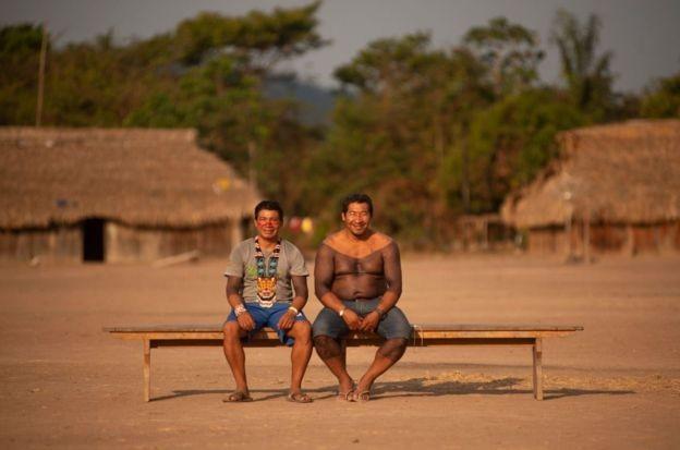 Winti Kisêdjê (à dir.) e Tawaiku Yudjá em encontro de povos da floresta xinguanos na Terra Indígena Menkragnoti, no sul do Pará (Foto: LUCAS LANDAU/REDE XINGU +, via BBC News Brasil)
