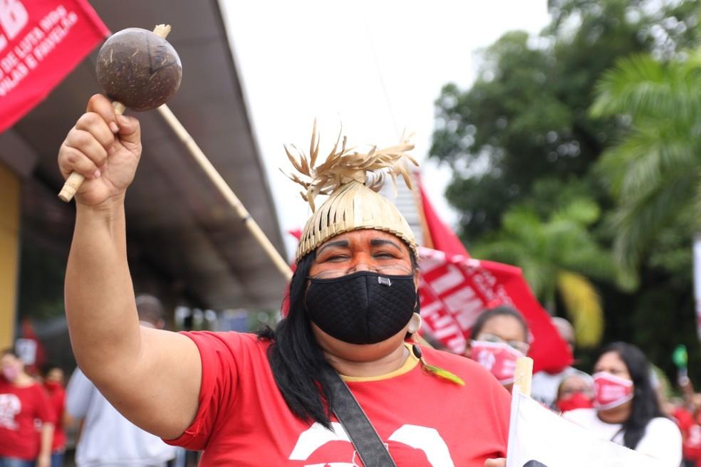 [Recife, 03/07, 10h20] Integrante de povo indígena participa de protesto contra Bolsonaro no Recife, neste sábado (3) — Foto: Marlon Costa/Pernambuco Press