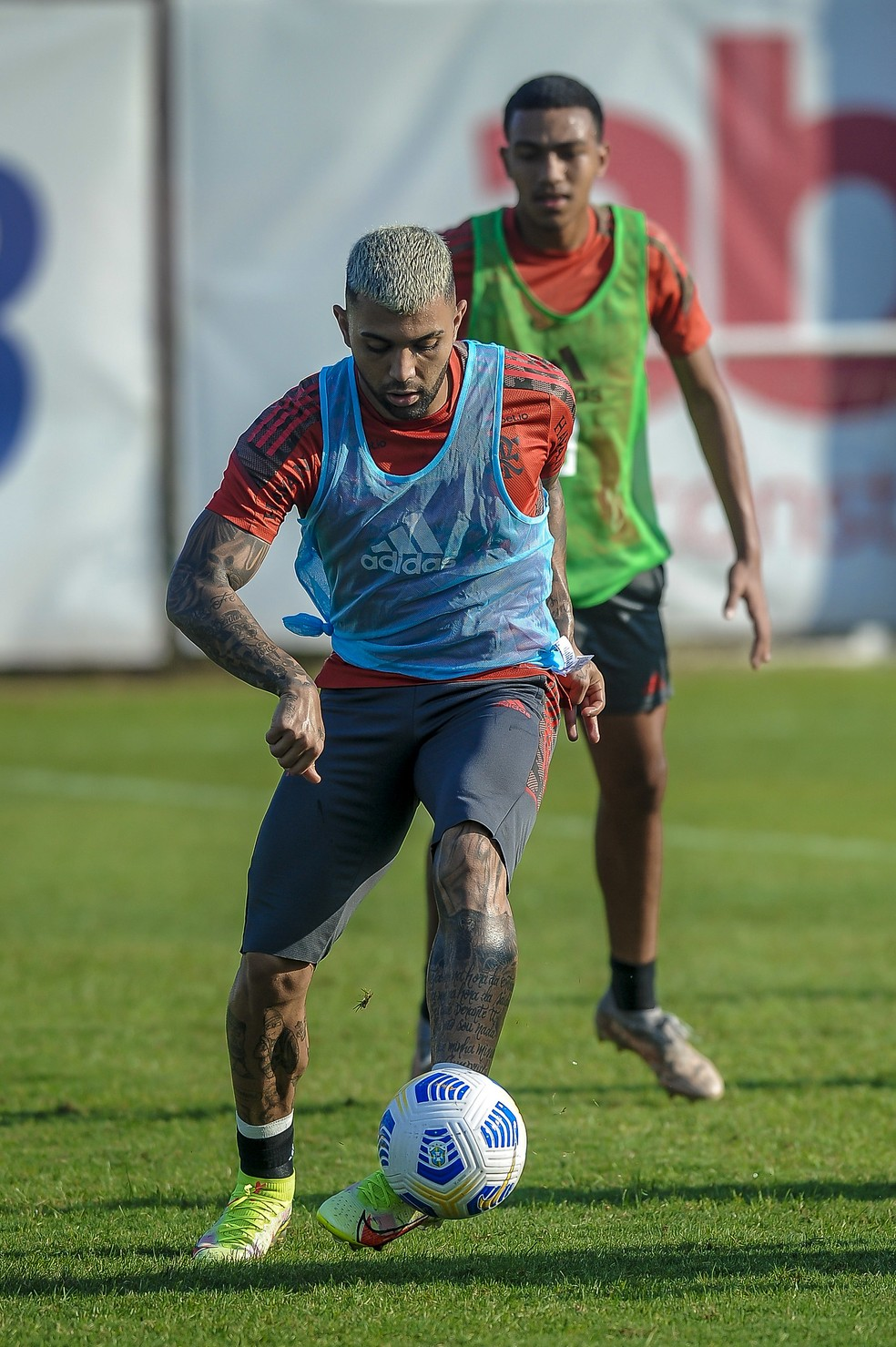 Gabigol em campo no treino desta segunda — Foto: Marcelo Cortes/Flamengo