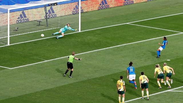 Bola para um lado, goleira para o outro: Marta faz gol pela seleção brasileira contra a Austrália e se torna a maior artilheira das Copas do Mundo