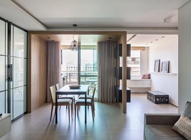 Destaque do projeto, a caixa de freijó emoldura a sala de jantar, deixa o ambiente mais acolhedor e dá acesso à varanda (Foto: Haruo Mikami/Divulgação)