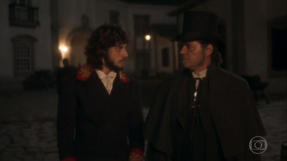 Com habilidade política, Joaquim (Chay Suede) convence Bonifácio (Felipe Camargo) a aceitar o cargo de ministro, em 'Novo Mundo' — Foto: TV Globo